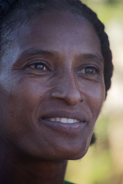 Foto van Woman with gentle smile in Bekopaka - Madagaskar - Afrika