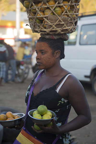 Woman selling clementines and limes wearing tabaky in Tuléar | Malagasy people | 马达加斯加到