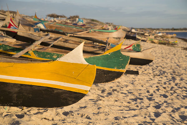 Foto de Row of pirogues at the beach of SalarySalary - Madagascar