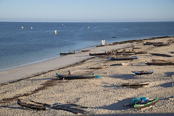 Foto de Pirogues on the beach of Salary and sails at seaSalary - Madagascar