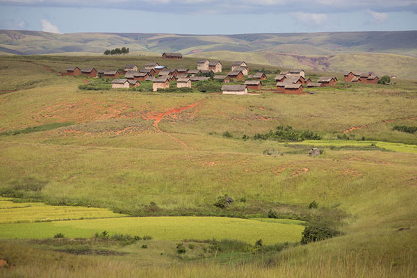 Foto di Village with typical highland houses on green hill in the landscape between Tsiroanomandidy and AnkavandraTsiroanomandidy Ankavandra - Madagascar