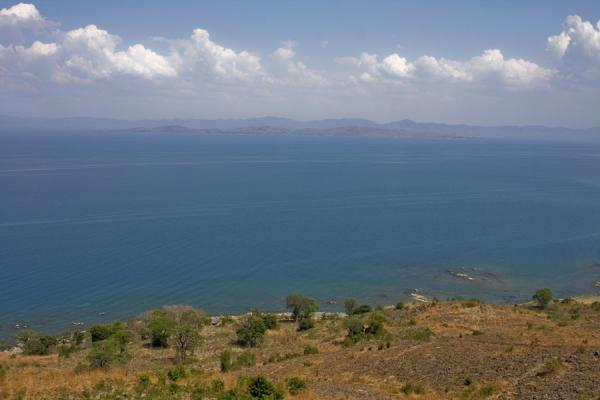 Foto de Lake Malawi seen from Chingoli, the hill of Chizumulu - Malawi - Africa