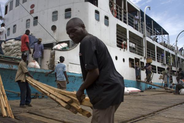 Foto di Porters working hard to load the MV Ilala - Malawi - Africa