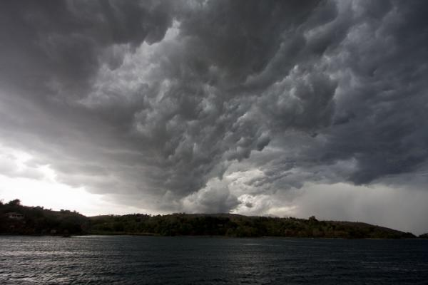 Foto di Threatening clouds in the skies over Lake Malawi - Malawi - Africa