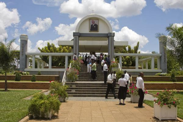 Frontal view of the mausoleum with students | Mausoleo di Kamuzu Banda | Malawi