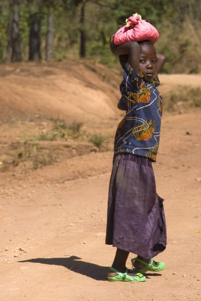 Malawian girl on a road near Livingstonia | Malawianos | Malawi