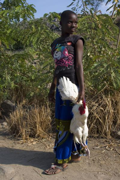Malawian girl with chicken on Chizumulu Island | Malawianos | Malawi