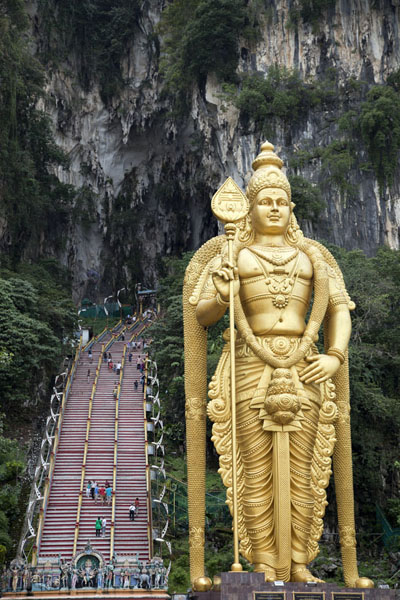 Golden statue of Lord Murugan, the tallest such statue in the world, at the entrance of Batu Caves | Caverne di Batu | Malesia
