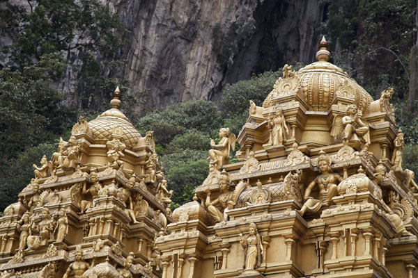 Golden shrines at the foot of the hill in which Batu Caves are located | Grottes de Batu | Malaise
