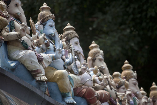 Close-up of Ganesh statues on top of a wall at the foot of Batu Caves | Batugrotten | Maleisië