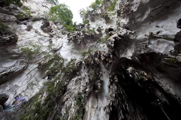 Looking up the upper cave in which the Lord Murugan temple can be found | Caverne di Batu | Malesia