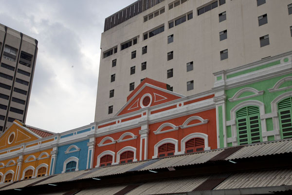 Foto van Brightly painted houses in the middle of ChinatownKuala Lumpur Chinatown - Maleisië