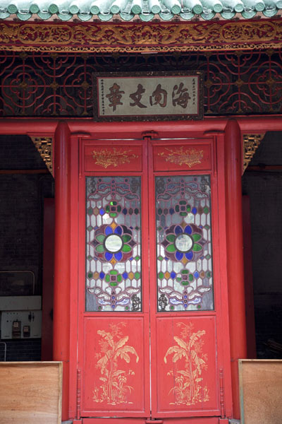 Foto van Red doors with coloured glass in the Chan She Shu Yuen templeKuala Lumpur Chinatown - Maleisië