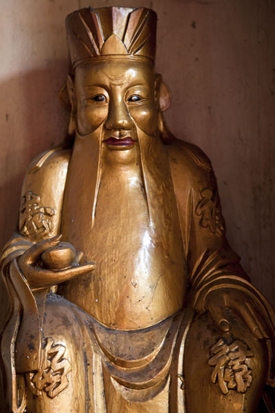 Picture of Golden statue in a corner of the Chan She Shu Yuen temple
