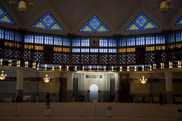 马来西亚 (The main prayer hall of the National Mosque with space for )