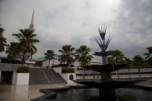 Foto van Star-shaped fountain with the Masjid Negara in the backgroundKuala Loempoer - Maleisië