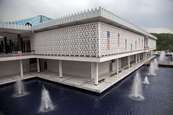 Picture of Masjid Negara (Malaysia): Looking at the Masjid Negara from the side with fountains