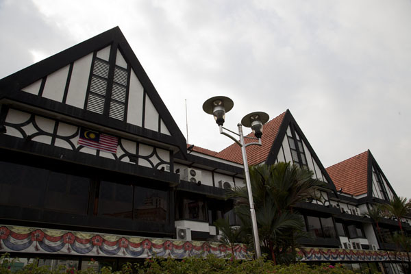 Foto van The Tudor-style houses on the western side of Merdeka Square house the Royal Selangor ClubMerdeka Plein - Maleisië