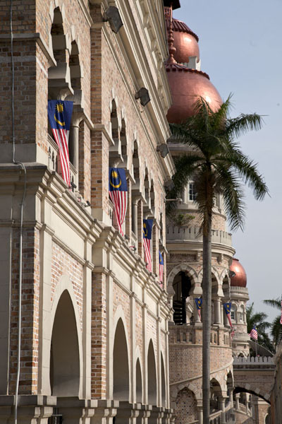Photo de Palm tree and the facade of the Sultan Abdul Samad building in the afternoonPlace Merdeka - Malaise