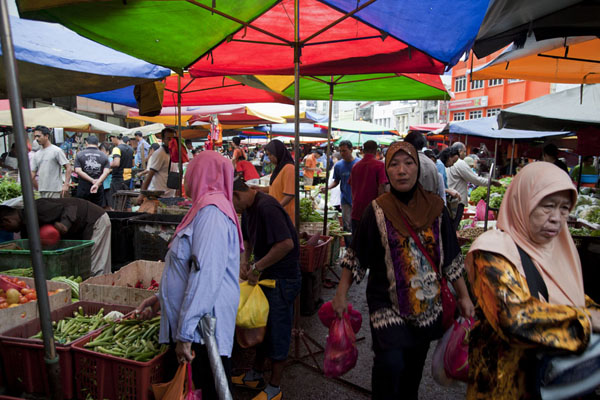 Foto de People shopping for food at Pudu marketMercado de Pudu - Malasia