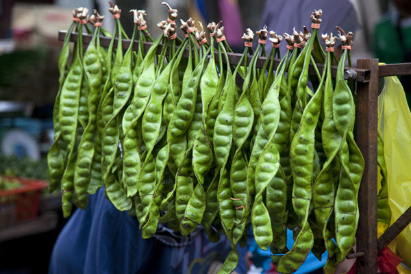 Twirling peas hanging from a line | Mercado de Pudu | Malasia