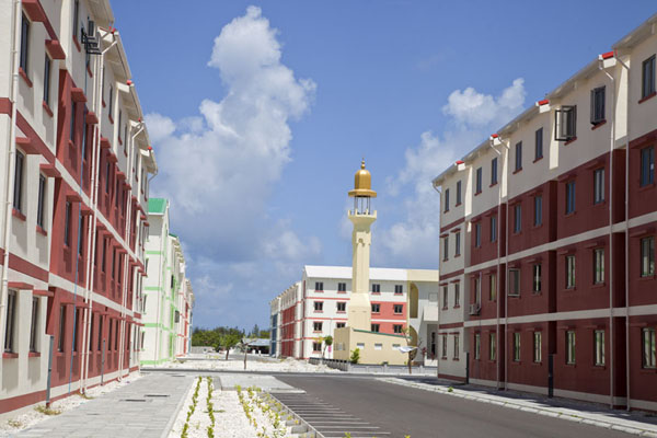 Foto van Modern apartment blocks and minaret in HulhumaléHulhumalé - Malediven