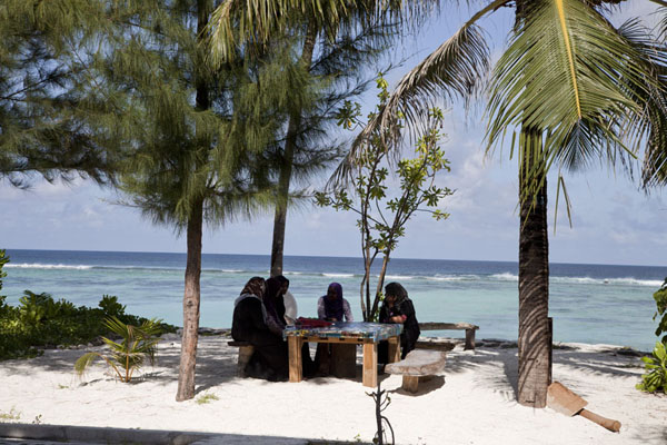 Foto van Women sitting at a table near the beach of HulhumaléHulhumalé - Malediven