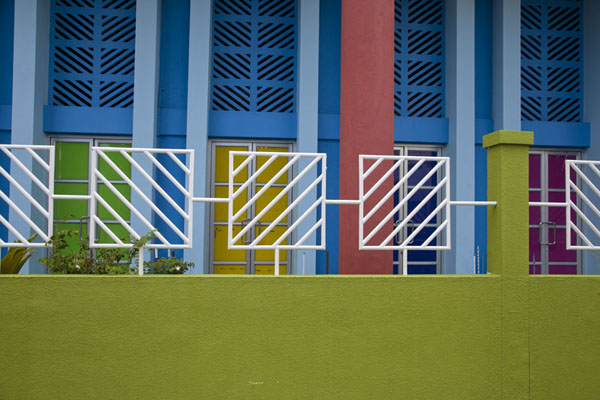 Foto van Close-up of a colourful school building in HulhumaléHulhumalé - Malediven