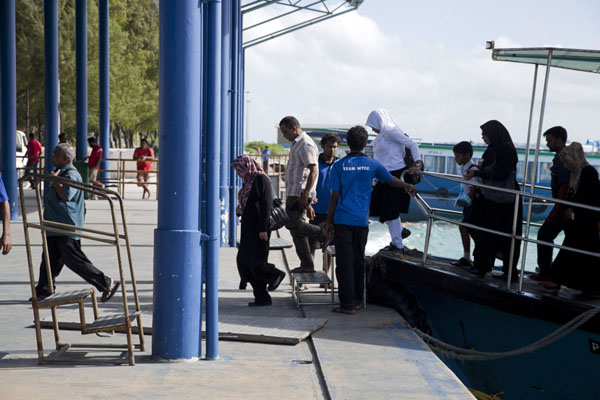 Photo de People getting off the shuttle boat between Malé and HulhumaléHulhumalé - Maldives