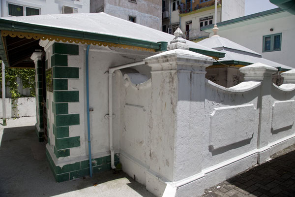 Picture of Malé (Maldives): Located on the premises of a small mosque in the middle of Malé, the tomb of Mohamed Thakurufaanu, who liberated the Maldives from the Portuguese