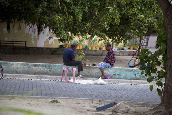 Two inhabitants of Viligili playing chess in the street | Ile Viligili | Maldives