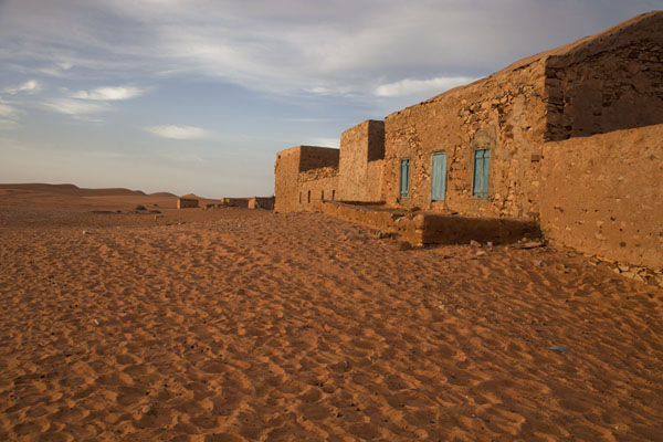 Foto van Mauritanië (Early morning light on the sand and one of the old buildings of the old city of Chinguetti)