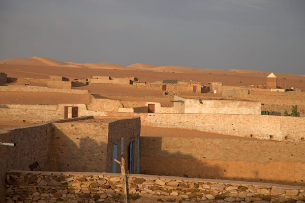 View over the ancient part of Chinguetti with the Sahara sand dunes in the background | Chinguetti | Mauritania
