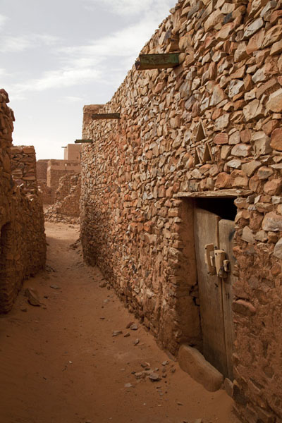Picture of Chinguetti (Mauritania): Sandy street with stone houses in Chinguetti