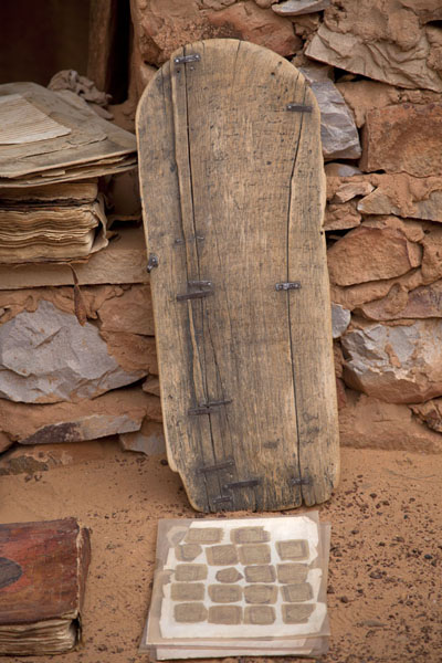 Foto de One of the wooden planks used to learn the Quran by heartChinguetti - Mauritania