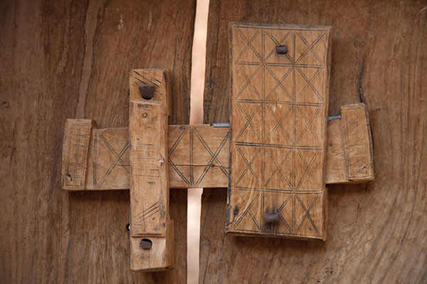 Foto de Close-up of locking system of a wooden door in ChinguettiChinguetti - Mauritania