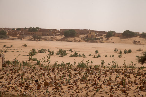 Foto de View over the cemetery towards the old city of ChinguettiChinguetti - Mauritania