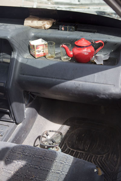 All items for making tea are right there in the car | Nouadhibou Nouakchott à taxi | Mauritanie