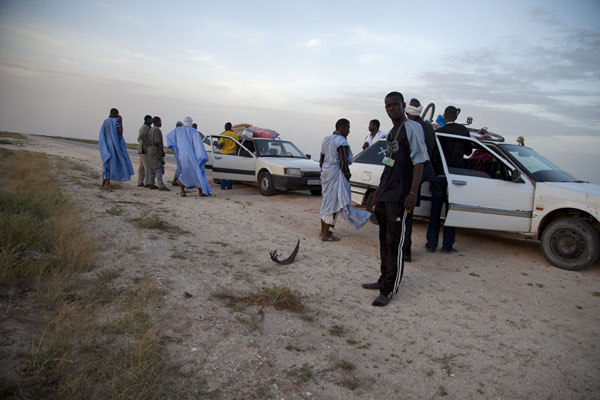 Attaching a broken car to our taxi on the way to Nouakchott | Nouadhibou Nouakchott taxi ride | Mauritania