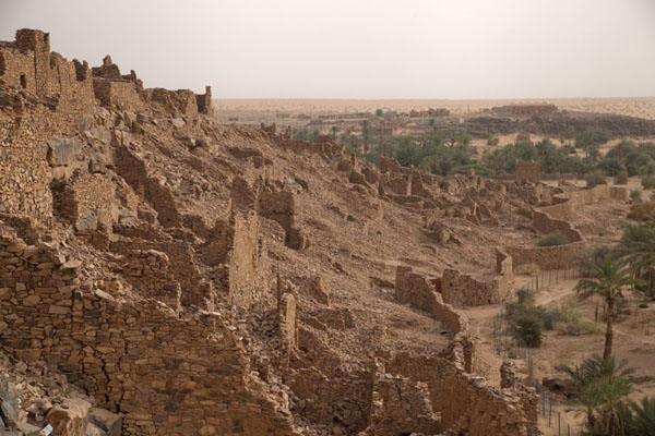 Photo de Ruined houses of the old town of Ouadane on a hill - Mauritanie - Afrique