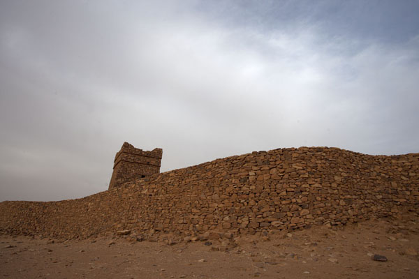 The minaret of the old mosque of Ouadane above the reconstructed city wall of Ouadane | Ouadane | Mauritania
