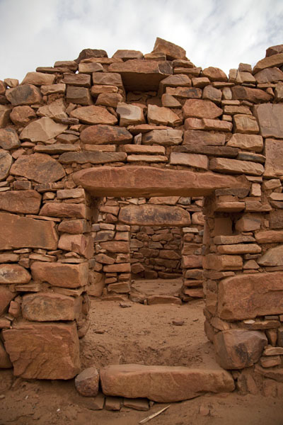Opening in a stone wall of a building in the ruins of Ouadane | Ouadane | Mauritanie