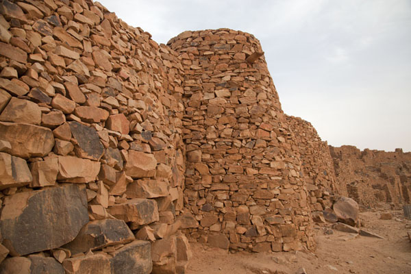 Photo de The reconstructed city wall of Ouadane, with watchtowers - Mauritanie - Afrique