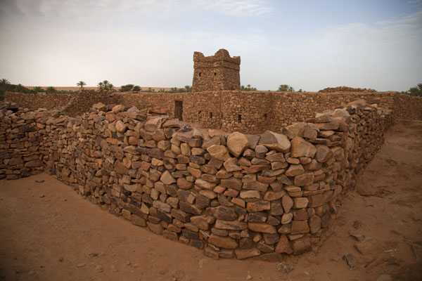 Foto van View of the ancient mosque of Ouadane with the stone minaretOuadane - Mauritanië
