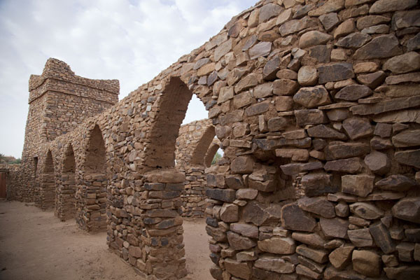 Foto van Mauritanië (The old mosque of Ouadane: minaret and arches constructed with stone)