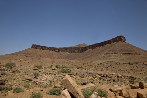 Looking up at the mountain at the entrance of Terjit village | Terjit | Mauritania