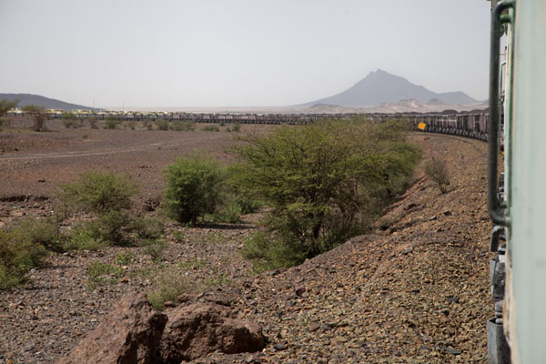 Looking towards the front of the longest train of the world | Zouérat Nouadhibou ijzererts trein | Mauritanië