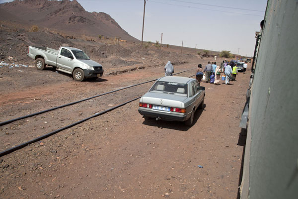 Cars delivering passengers to the train in Zouérat | Zouérat Nouadhibou ijzererts trein | Mauritanië