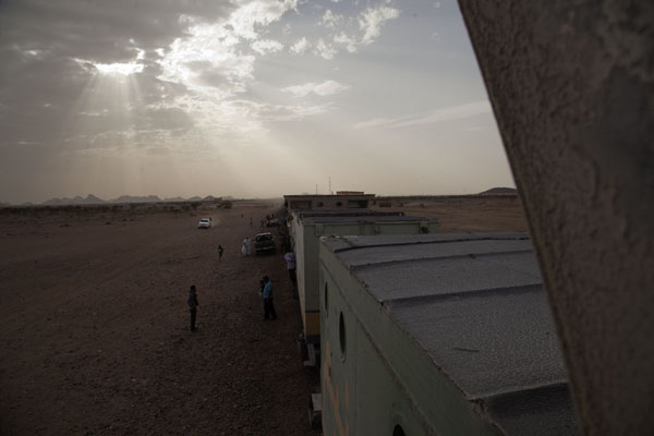 Looking out over the train from the top of the first class carriage | Zouérat Nouadhibou ijzererts trein | Mauritanië