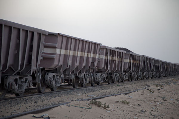 Some of the many, many carriages carrying iron ore to Nouadhibou | Zouérat Nouadhibou ijzererts trein | Mauritanië